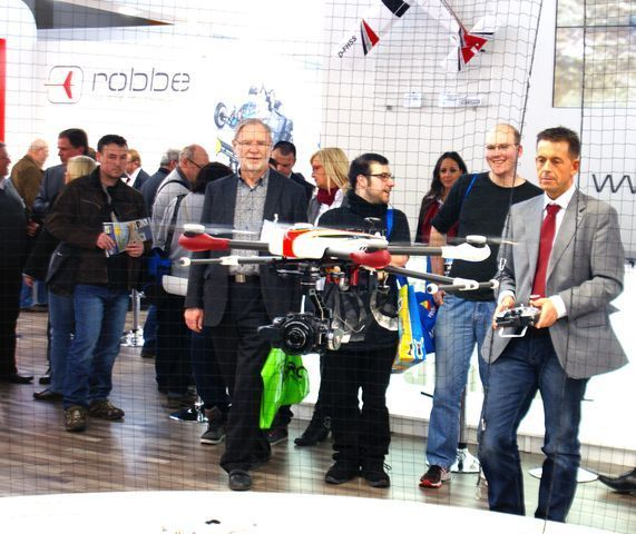 Sven Hamann steuert den Align Quadrocopter M480L Super Combo am robbe Messestand. Foto: Andreas Abendroth